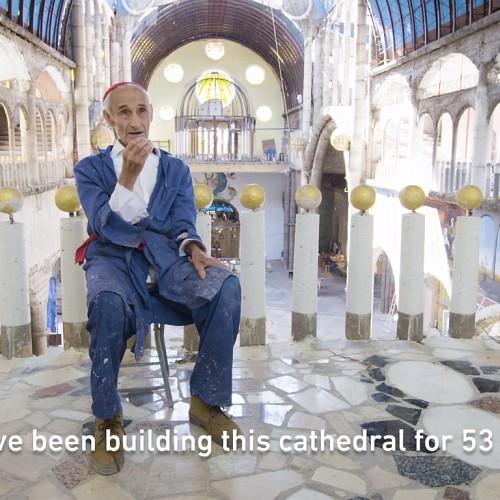 Un om construiește singur o Catedrală